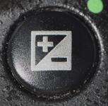 Кнопка коррекции экспозиции на зеркальной камере